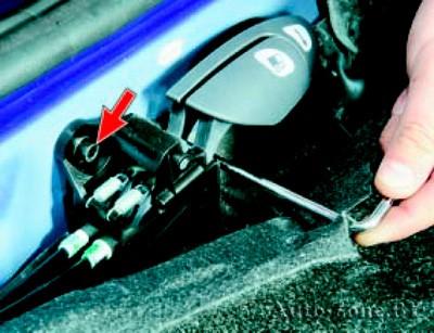 Снятие и установка замка крышки люка наливной трубы топливного бака и его привода